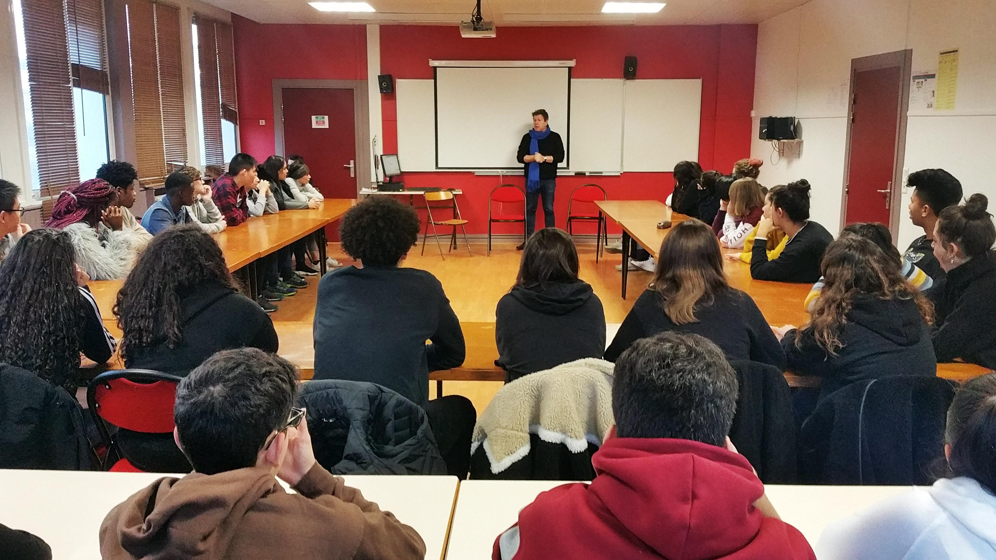 Frantz Vaillant, journaliste et rédacteur en chef à TV5MONDE, et les élèves de 1ES du Lycée Auguste Renoir à Asnières-sur-Seine.