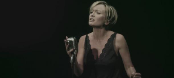 L'hymne à l'amour, interprété par Patricia Kaas